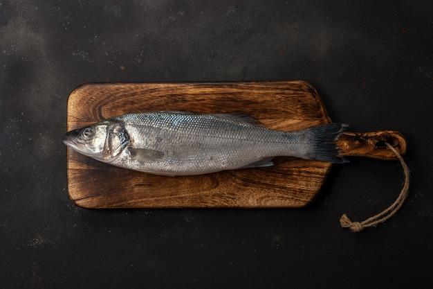 커팅 보드에 농어 물고기의 상위 뷰