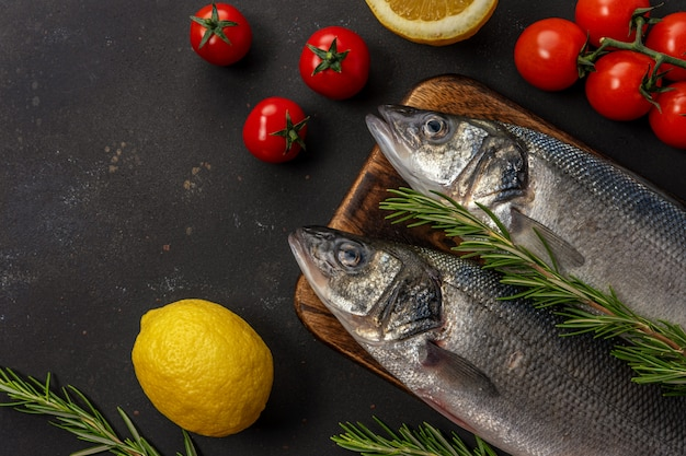 로즈마리와 야채와 함께 농어 물고기의 상위 뷰