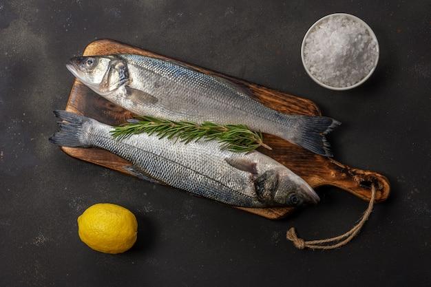 로즈마리와 함께 농어 물고기의 상위 뷰