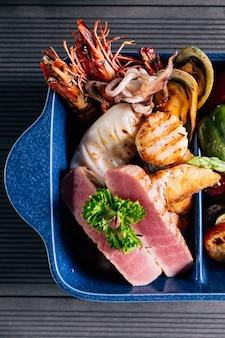 생선, 오징어, 새우, 홍합과 같은 해산물 혼합 구이의 상위 뷰.