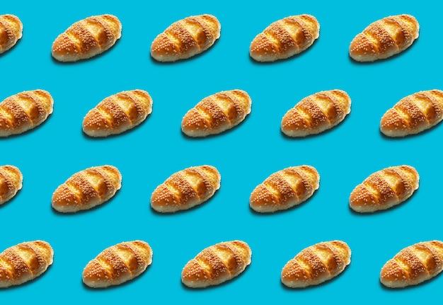 Вид сверху бесшовного хлеба и выпечки на синем цветном фоне