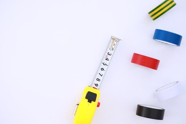 Вид сверху набора строительных и ремонтных инструментов для разнорабочего на белом фоне бетона с копией пространства
