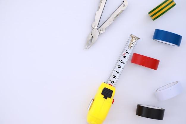 Вид сверху набора строительных и ремонтных инструментов для разнорабочего