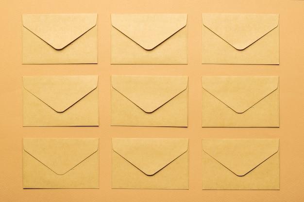 Вид сверху нескольких бумажных конвертов на бумажном фоне. плоская планировка.