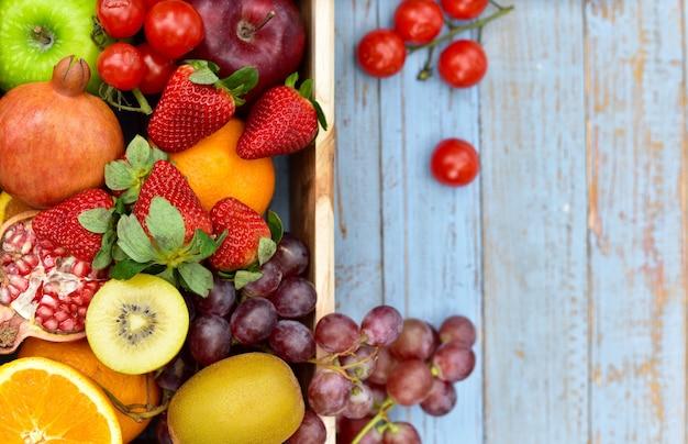 いくつかの種類の果物と野菜の健康的なライフスタイルの上面図