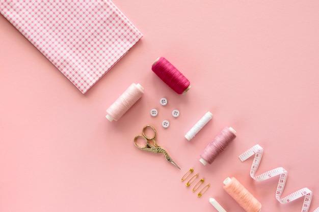 Вид сверху швейных предметов с ножницами