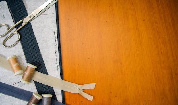 木製テーブルの上の縫製材料の上面図