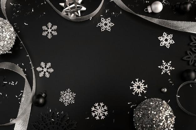 Вид сверху серебряных рождественских украшений