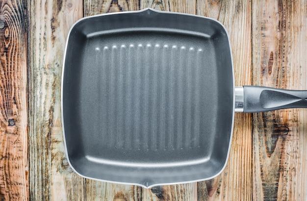 Вид сверху сковородке на деревянной поверхности
