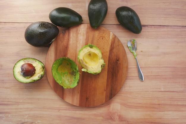 Вид сверху ломтика авокадо на разделочной доске на столе
