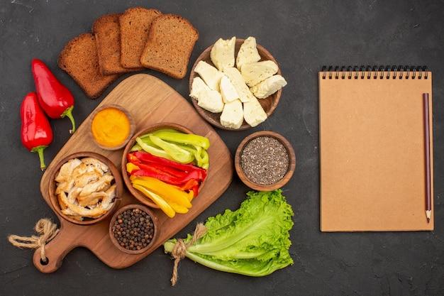 黒に濃いパンのパンが付いたスライスしたピーマンの上面図