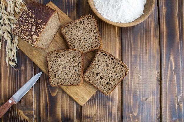 Вид сверху нарезанный домашний хлеб на разделочной доске