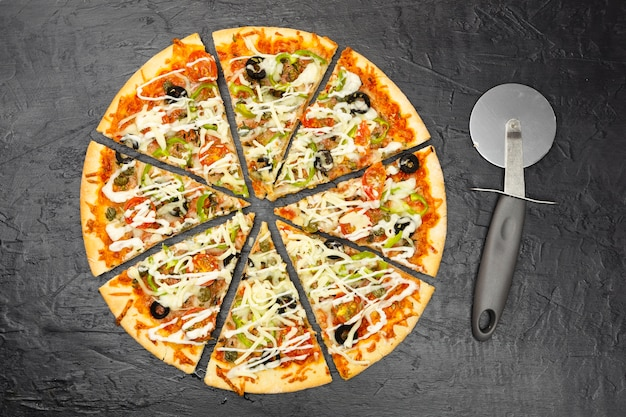 スライスしたピザのトップビュー