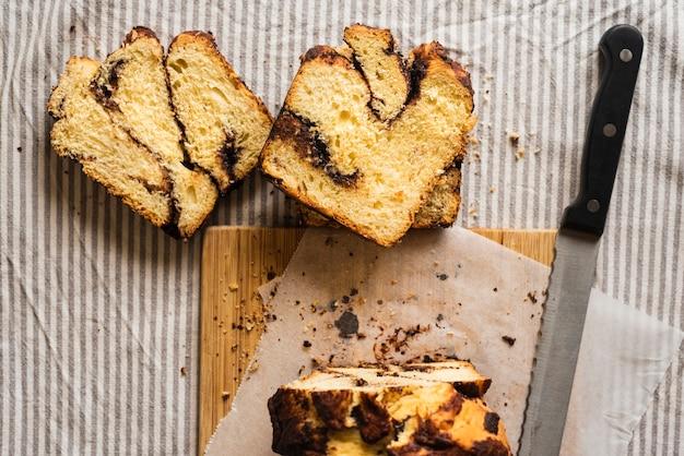 Вид сверху нарезанный сладкий хлеб и нож