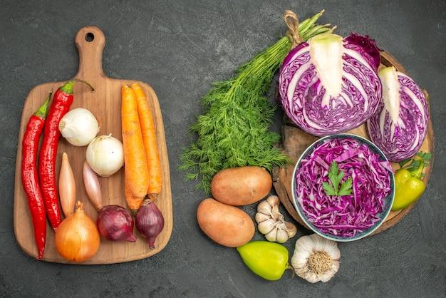緑とスライスした野菜の上面図