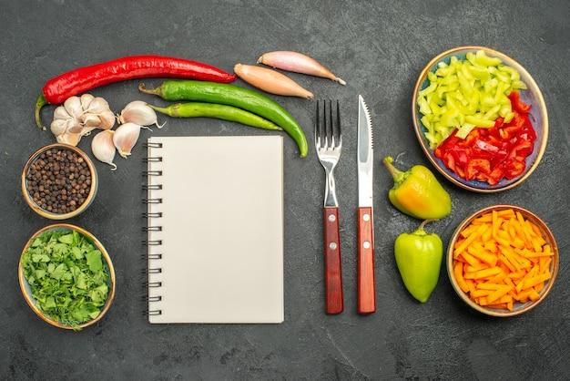 Вид сверху нарезанные овощи с зеленью
