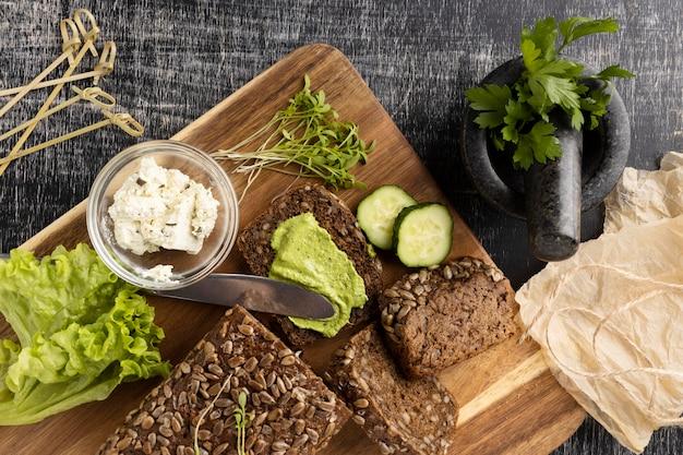 Вид сверху ломтиков хлеба для бутербродов с салатом