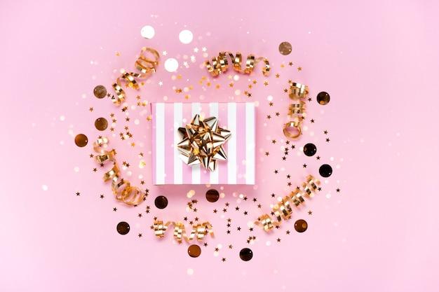 小さなプレゼントと紙吹雪のトップビュー