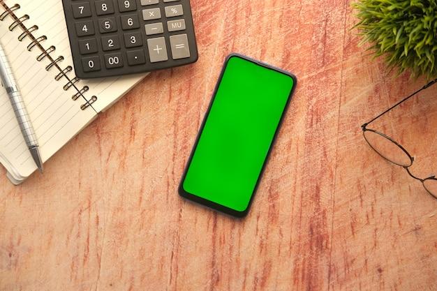 테이블에 스마트 폰과 메모장의 상위 뷰