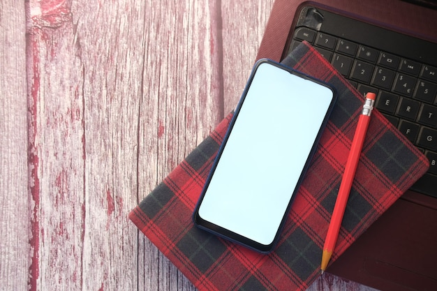 테이블에 스마트 폰 노트북 및 메모장의 상위 뷰