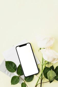스마트 폰의 평면도; 흰 장미와 노란 배경에 봉투