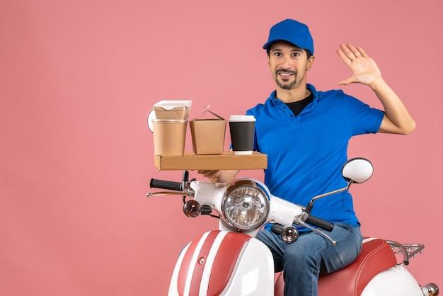 パステル ピーチに 5 つを示すスクーターに座っている帽子をかぶった笑顔の宅配便のトップ ビュー