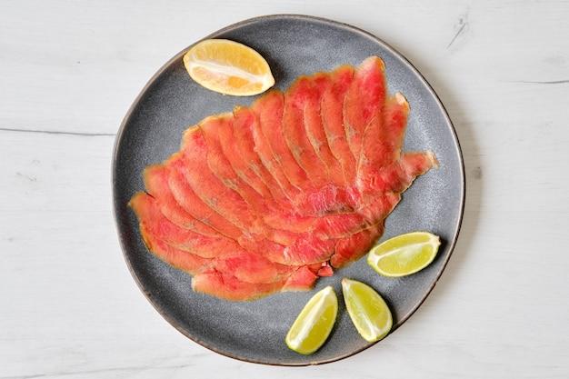 鮭の切り身の薄切りの燻製の上面図