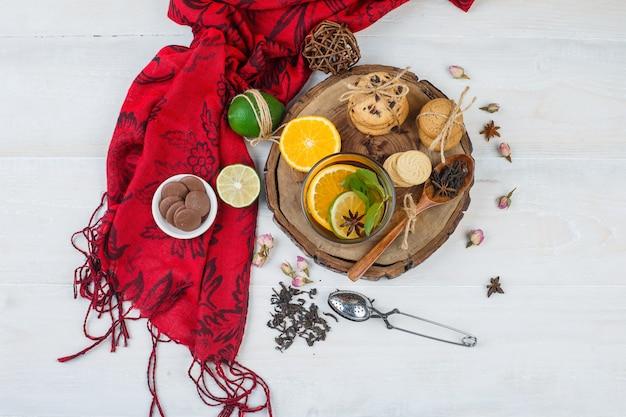 Вид сверху закуски с травяным чаем