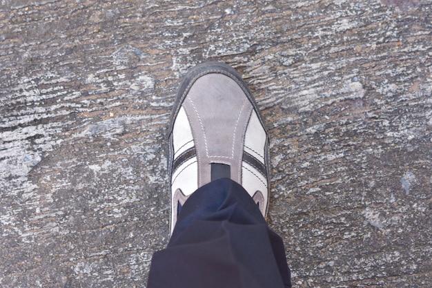 Вид сверху кроссовок на земле