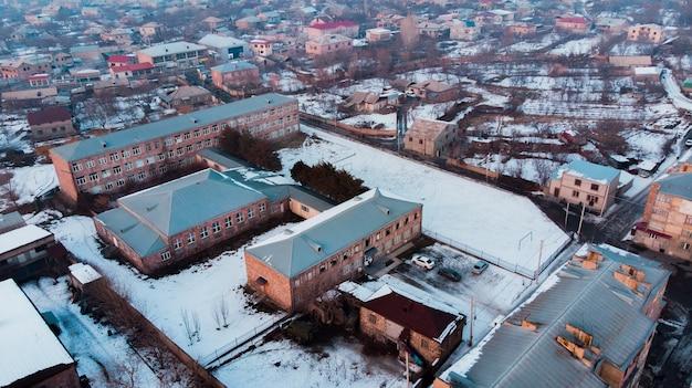 日没時の雪に覆われた建物の上面図