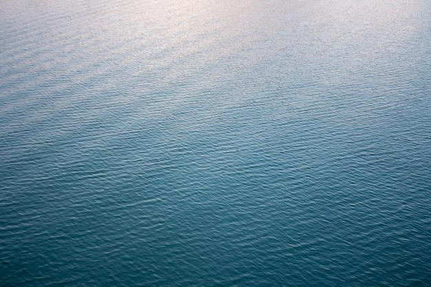 Взгляд сверху мягкой волны на реке на вечере.