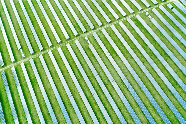 Вид сверху солнечной электростанции для производства электроэнергии Premium Фотографии