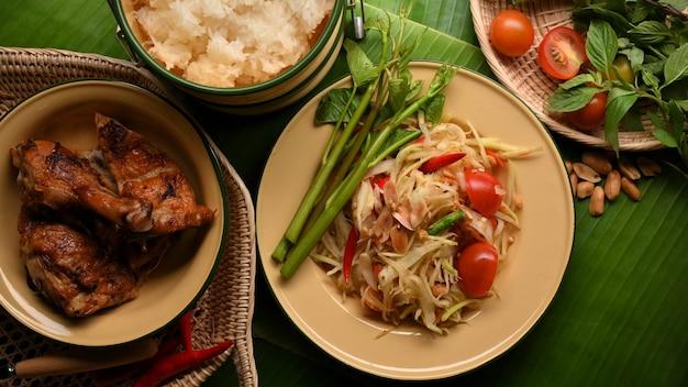 バナナの葉にチキンもち米と野菜のグリルを添えたソムタムまたはパパイヤサラダの上面図