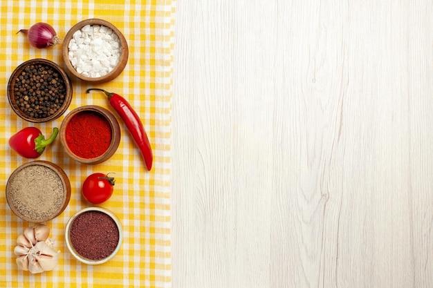 白の野菜とスパイシーな調味料の上面図