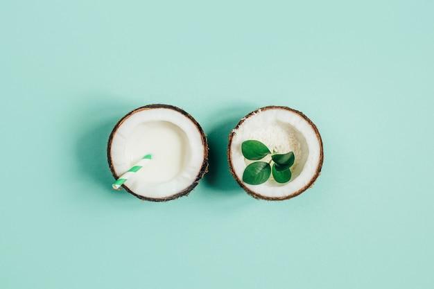 녹색 배경에 분할 코코넛의 상위 뷰