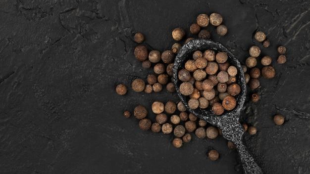 調味料種子とスプーンのトップビュー