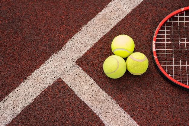 Вид сверху спортивного снаряжения для игры в теннис на детской площадке стадиона двумя белыми линиями