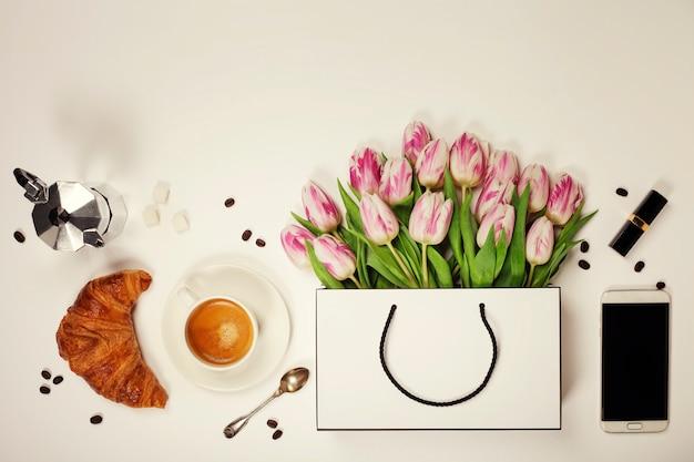 春の花、コーヒー、携帯電話、クロワッサンの平面図と