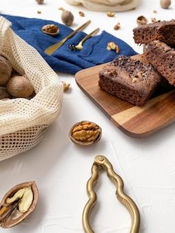 Вид сверху сложенных пирожных и орехов на белом фоне