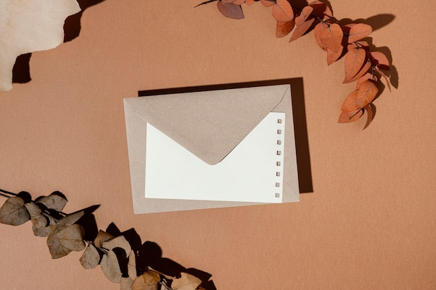乾燥した葉と文房具の封筒の上面図