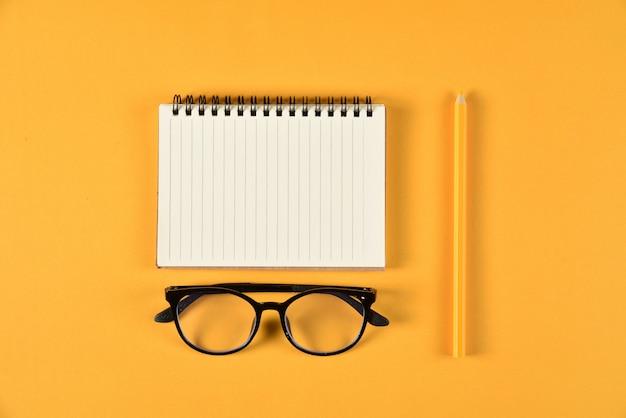 책, 컬러 연필 및 메모장 문구 또는 학교 용품의 최고 볼 수 있습니다. 교육 또는 학교 개념으로 돌아 가기