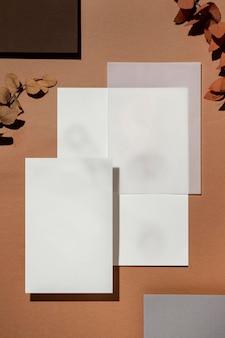 Вид сверху канцелярских бумаг с листьями