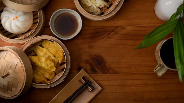 木製のテーブルの竹シーマーで蒸し餃子のトップビュー