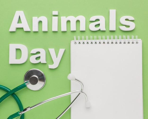 動物の日のための聴診器とノートのトップビュー