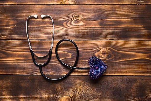 心臓の装飾が施された聴診器の上面図