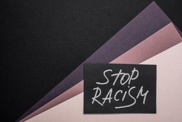 コピースペースのある色とりどりの紙にストップ人種差別カードの上面図