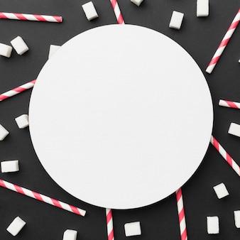 Вид сверху соломинки с кубиками сахара