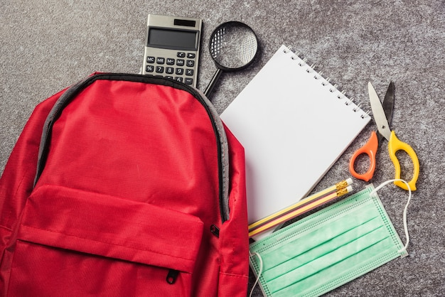 スタイリッシュな赤いランドセルバックパックの上面図