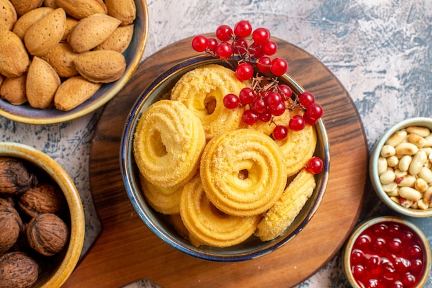 Вид сверху сахарного печенья с разными орехами на синей поверхности