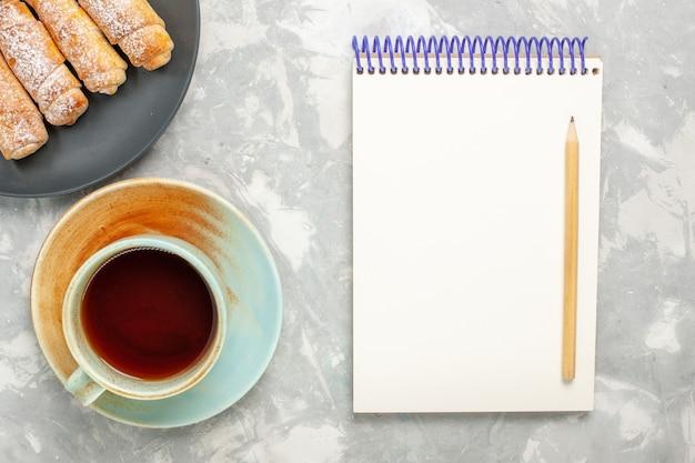 흰색 표면에 차 설탕 가루 베이글 맛있는 반죽의 상위 뷰